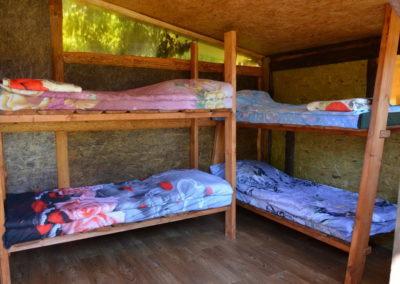 Кровати в летнем кемпинге