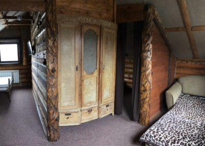 Гостевой домик. Двери в спальные комнаты на втором этаже.