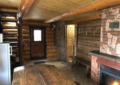 Гостевой домик. Лестница на второй этаж и дверь душевую, сауну и санузлы.