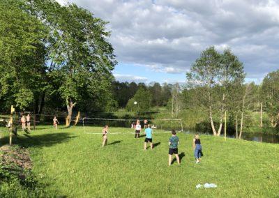 Спортивное поле с сеткой для волейбола.