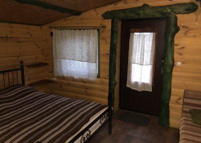 Гостевой домик. Пристроенная комната к дому: двухместная кровать и одноместная тахта.